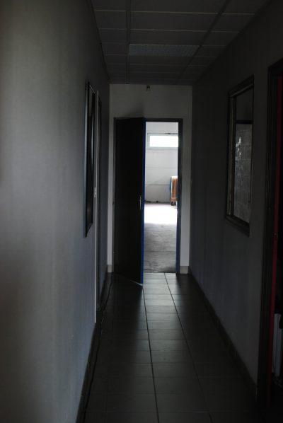Au fond de ce couloir une porte entrouverte… mais pas de musique étrange, juste les chambres !
