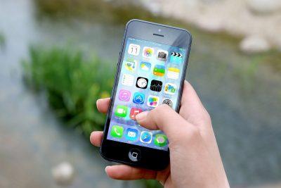 On voit plus souvent les smartphones dans la main qu'à l'oreille !