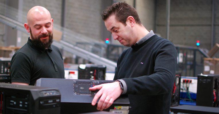 Nicolas, à droite, en pleine observation d'un PC monté d'avance avec son acolyte Sylvain.